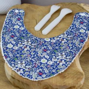 Bavoir Bandana en Liberty June's Meadow Bleu et rouge, éponge blanche