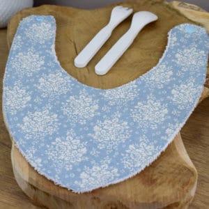 Bavoir Bandana en Tilda Summer picnic blue, éponge blanche