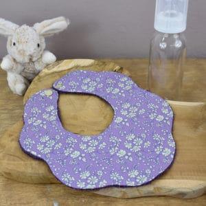 Bavoir Fleur en Liberty Capel Violet, éponge violette