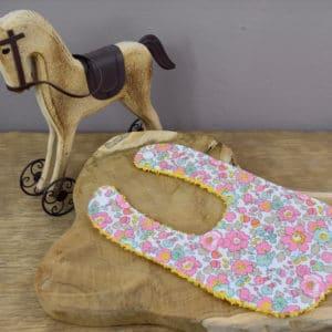 Bavoir Nouveau-Né en Liberty Betsy Cupcake, éponge jaune