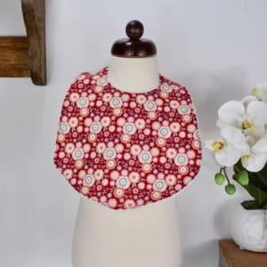 Bavoir modèle petit en Tilda Candyflower Red, éponge blanche