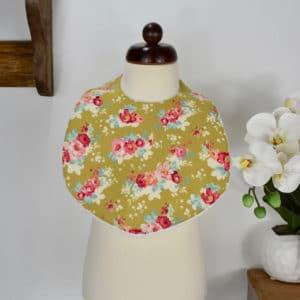 Bavoir modèle petit en Tilda Flowercloud Olive, éponge blanche