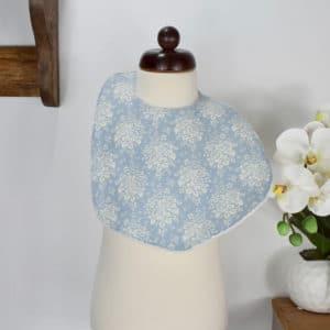 Bavoir modèle petit en Tilda Summer picnic blue, éponge blanche
