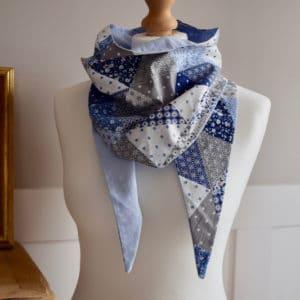 Chèche court en coton imprimé mélange de motifs Asanoha, floraux et géométriques tons bleu et coton uni bleu