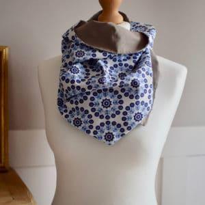 Chèche court en coton imprimé rosaces bleues sur fond blanc et coton beige