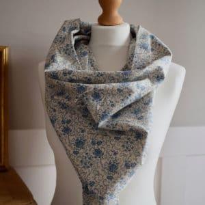 Chèche en coton imprimé mélimélo de fleurs bleues sur fond écru