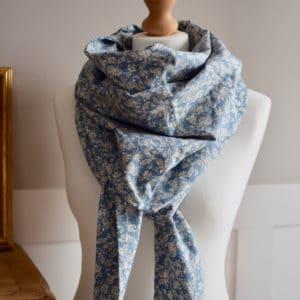 Chèche en coton imprimé mélimélo de roses beiges sur fond bleu