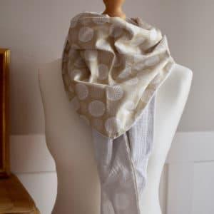 Chèche en double gaze blanc et en coton imprimé pissenlits blancs sur fond beige