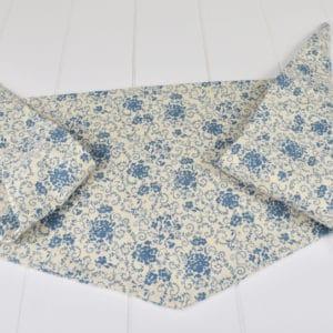 Chèche été enfant en coton imprimé mélimélo de fleurs bleues sur fond écru