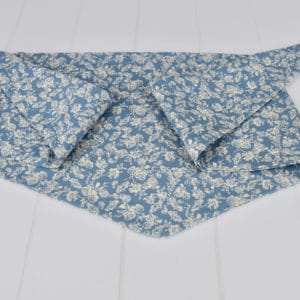 Chèche été enfant en coton imprimé mélimélo de roses beiges sur fond bleu