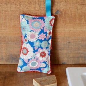 Eponge en Tilda Booggie Flower Blue, éponge rouge, ruban bleu