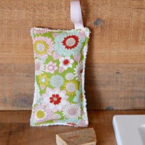 Eponge en Tilda Booggie Flower Green, éponge blanche, ruban rose