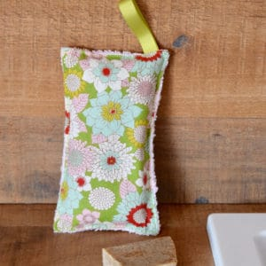 Eponge en Tilda Booggie Flower Green, éponge blanche, ruban vert