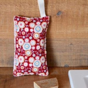 Eponge en Tilda Candyflower Red, éponge blanche, ruban blanche