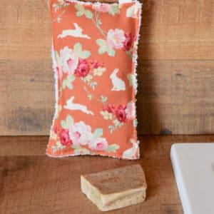 Eponge en Tilda Rabbit & Roses Ginger, éponge blanche, ruban rose