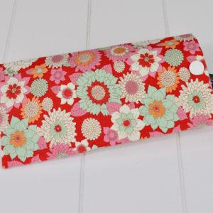 Etui à lunette en Tilda Booggie Flower Red, intérieur blanc, pression blanche