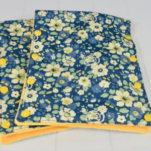 Gants de poussette en Liberty Betsy Japonais fond bleu, Minky jaune, pressions jaunes