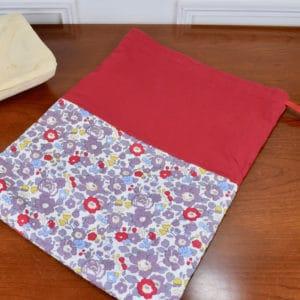 Pochon grande taille en Liberty Betsy Pierre de Lune, coton uni rouge et ruban rouge