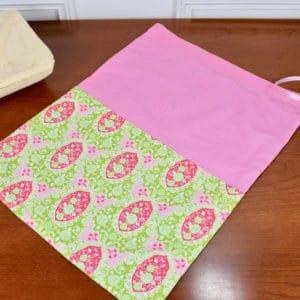 Pochon grande taille en Tilda Charlotte Pink, coton uni rose et ruban rose
