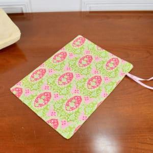 Pochon taille moyenne en Tilda Charlotte Pink, coton uni rose et ruban rose