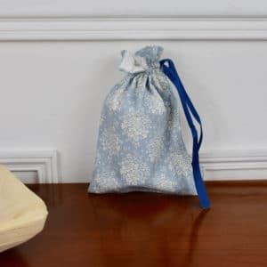 Pochon taille petite en Tilda Audrey Blue, interieur blanc, ruban bleu