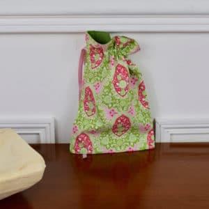 Pochon taille petite en Tilda Charlotte Pink, intérieur vert, ruban rose