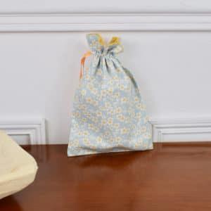 Pochon taille petite en Tilda Cherry Blossom Blue, intérieur jaune, ruabn jaune foncé