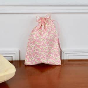 Pochon taille petite en Tilda Cherry Blossom Pink, intérieur blanc, ruban rose