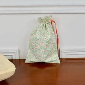 Pochon taille petite en Tilda Cherry Blossom Teal, intérieur blanc, ruban orange