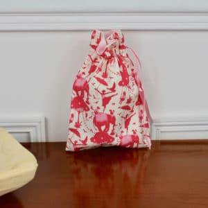 Pochon taille petite en Tilda Circus Life red, intérieur rose, ruban rose