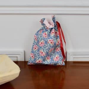 Pochon taille petite en Tilda Clown Flower Blue, intérieur rose, ruban rouge