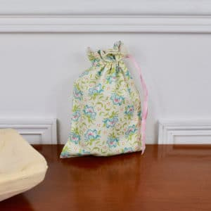 Pochon taille petite en Tilda Clown Flower Green, intérieur beige, ruban rose