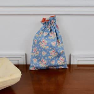 Pochon taille petite en Tilda First Kiss Blue, intérieur orange, ruban rose