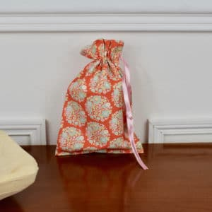 Pochon taille petite en Tilda Flower Nest Ginger, intérieur beige, ruban rose