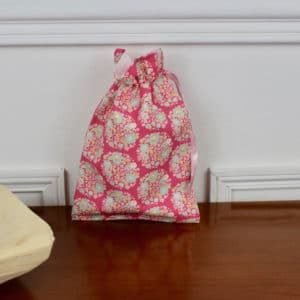 Pochon taille petite en Tilda Flower Nest Pink, intérieur rose, ruban rose
