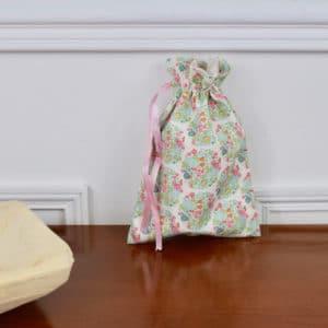 Pochon taille petite en Tilda Flower Nest Teal, intérieur beige, ruban rose