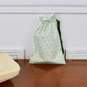 Pochon taille petite en Tilda Forget Me not Teal, intérieur blanc, ruban vert