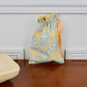 Pochon taille petite en Tilda Garden Bees Blue, interieur jaune, ruban jaune foncé