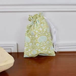 Pochon taille petite en Tilda Garden Bees Green, intérieur blanc, ruban blanc