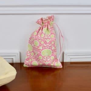 Pochon taille petite en Tilda Garden Bees Pink, intérieur beige, ruban rose