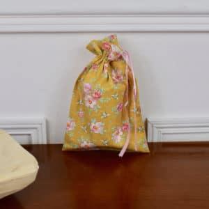 Pochon taille petite en Tilda Rosa Mollis Golden, intérieur écru, ruban rose