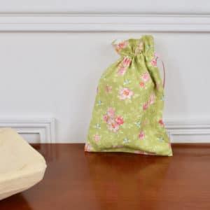 Pochon taille petite en Tilda Rosa Mollis Green, intérieur blanc, ruban rose