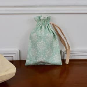 Pochon taille petite en Tilda Summer Picnic Teal, intérieur blanc, ruban beige