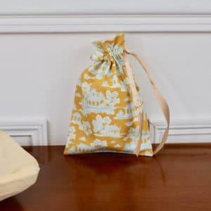 Pochon taille petite en Tilda Sunny Park Golden, intérieur blanc, ruban beige