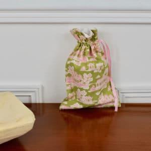 Pochon taille petite en Tilda Sunny Park Green, intérieur blanc, ruban rose