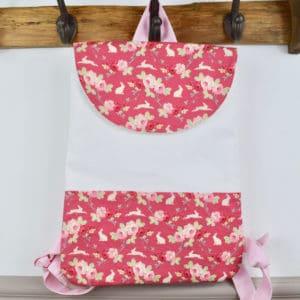 Sac à Dos en Tilda Rabbit & Roses Pink, coton uni blanc et bretelles roses