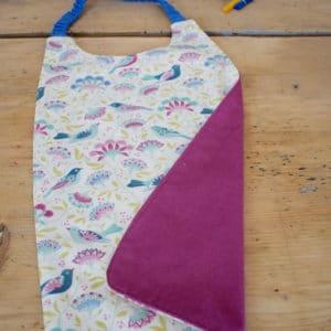 Serviette enfant en Tilda Bird Tree Lilac, coton uni rose, tour de cou bleu