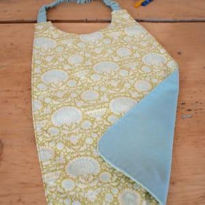 Serviette enfant en Tilda Garden Bees Green, coton uni bleu, tour de cou bleu