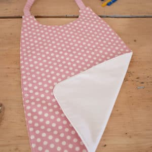 Serviette enfant en Tilda Medium Dots Pink, coton uni blanc, tour de cou rose