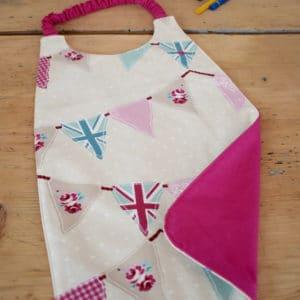 Serviette enfant en coton imprimé fanions pastels, coton uni rose, tour de cou rose